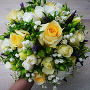 Maiglöckchen, Rosen Freesien und Schopflavendel in einem