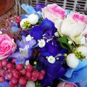 Brautstrauß gebunden aus Rosen, Hortensien, Rittersporn, Schleierkraut und Pfeffer