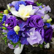 Natur in blau mit Freesien, Wicken, Lysianthus, Hortensien und Kornblumen