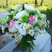 Schlicht und schön! Rosen, Lysianthus, Kamille und Santini