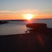 Castelsardo im Restaurant mit Sonnenuntergang über dem Meer