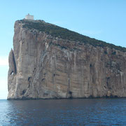 Das Capo Caccio mit der Segelyacht umrunden.