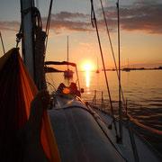 den Sonnenuntergang ankernd in einer Bucht erleben, das ist Aktivurlaub für Genießer auf einer Segelyacht.