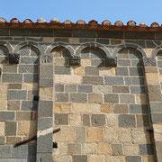 Eglise de la Trinita à Aregno avec ses murs polychrome noir et beige (Corse)