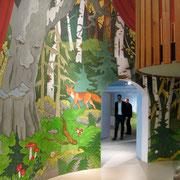 Der über 6m hohe Turm wurde mit einer flächendeckenden Wandbemalung in einen Märchenwald verwandelt