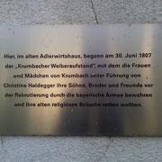 """Hier, im alten Adlerwirtshaus begann am 30. Juni 1807 der """"Krumbacher Weiberaufstand"""", mit dem die Frauen und Mädchen von Krumbach unter Führung von Christine Heidegger ihre Söhne, Brüder und Freunde vor der Rekrutierung bewahren wollten."""
