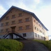 Rundschindeln aus heimischer Fichte an dem Denkmalgeschützen Haus in Krumbach