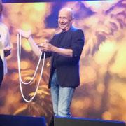 Comedy Zauberer am Bodensee mit seiner unglaublich lustigen und verblüffenden Show für Hochzeit, Geburtstag oder Firmenfeier.