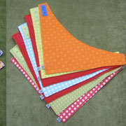 Dreiecktücher in verschiedenen Größen, mit Druckknopfleiste zum Mitwachsen; Baumwolle und Baumwollflanell; Quelle: Farbenmix-Freebook Wendehalstuch