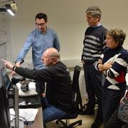 Teilnehmer testen das System.