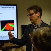 Prof. Dr. Christoph Palm führt durch das Labor.