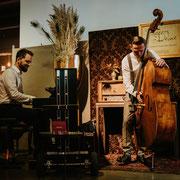 Duo Buskers Deluxe mit mobilem Klavier und Kontrabass bei der Hochzeitsmesse herzschlag&Co
