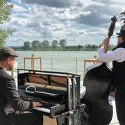 Duo Buskers Deluxe mit mobilem Klavier und Kontrabass im Hofgut Nonnenau