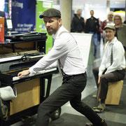 Duo Buskers Deluxe mit mobilem Klavier und Perkussion bei der Messe konekt