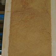 Holzfaserdämmung steht nach dem Entfernen der Beplankung in der Wand