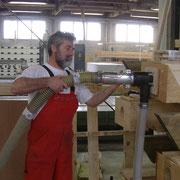 Arbeiter beim Befüllen von Deckenelementen mit der Einblaslanze