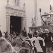 Salida del Santo Entierro en los años 50. Se puede observar la antigua puerta de la Madre de Dios. Foto cedida por J. Javier Muñoz-Quirós.
