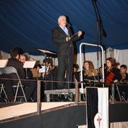 D. Abel dirigiendose al público.