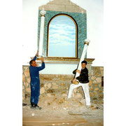 Fotografía de la reforma del retablo de la Cofradía con Santiago Ortiz y Venancio Quintanar.