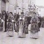 Año 1951. El clero preside la procesión. D. Julio Gil, Don Gregorio y Don Santos Muñoz.