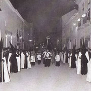Cofradía del S. Entierro por la calle la Virgen.