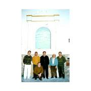 Miembros posando delante del nuevo retablo en obras de la cofradía con Francisco Torres como Presidente.