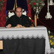 D. Juan Miguel Romeralo diciendo su Vía Crucis.
