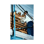 Miguel Quintanar pintando la Capilla de nuestras imágenes, en la última reforma.