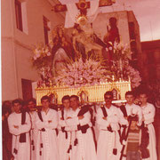 """Cuadrilla de los """"Arteagas"""" con La Piedad en el año 1983. Foto cedida por José Vicente Amores."""