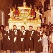 Cuadrilla de Juan bautista Villacañas portando el paso del Santo Entierro.
