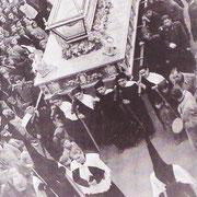 El clero acompañaba a la imagen como si de un entierro se tratara.