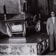 D. Francisco Cuadra primer Presidente de la Cofradía, de pie junto a las andas del Santo Sepulcro en el interior de la Madre de Dios.
