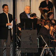 D. Abel Moreno acompañado por el presentador del concierto y cofrade Lino Pérez.