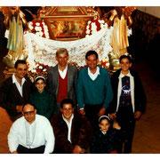 Entrañable fotografía de miembros de antiguas juntas con sus hijos.