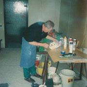Richard Schüpferling beim Maskenbau