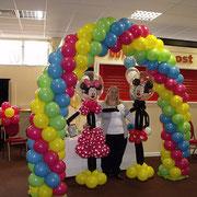 Arco de colores y esculturas de Minnie y Mickey Mouse