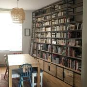 Bibliothèque sur mesure avec placards coulissants