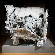 """""""White trash readymade"""" 2010, Fundobjekt weiß lackiert, 130x 165x 120 cm, Fotografien"""