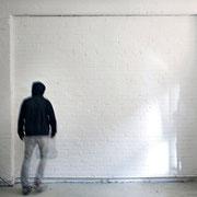 """""""Wandmalerei / Telekinese"""" 2014, Öl auf Leinwand (40 Einzelbilder), Holzgerüst, Foto, 290 x 320 cm. Ich portraitiere meine Atelierwand im Maßstab 1:1."""
