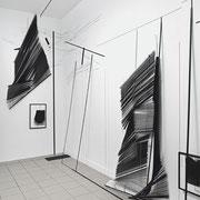 nirgendwo hier, 2017, Raumzeichnung mit Tape, Holzstangen, Jalousien und Tuschezeichnungen, Ausstellungsansicht Axel Obiger, Berlin