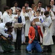 Die Konzertvereinigung Wiener Staatsopernchor in DIE ZAUBERFLÖTE bei den Salzburger Festspielen 2012 (Foto: Neumayr)