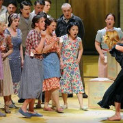 Die Konzertvereinigunbg Wiener Staatsopernchor in CARMEN bei den Salzburger Festspielen 2012 (Foto: Neumayr)