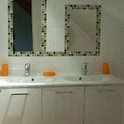 Salle de bains avec lavabo double vasque et douche à l'italienne