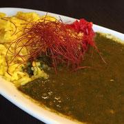 緑青の緑色と口を縫った赤い糸をモチーフにした「緑青カレー」¥1,020 高岡産のほうれん草の旨みが引き立つ夏にピッタリの1品です。