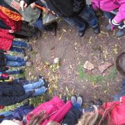 Auch bei den Viertklässlern gab es viel zu entdecken und zu erraten: Zu wem gehören diese Füße?
