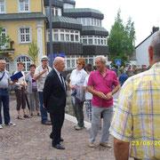 Devant la mairie, le Gal Mignot avec Gaston Cordier mais aussi Gapin et Labinieau, les anciens de la 1° Cie..