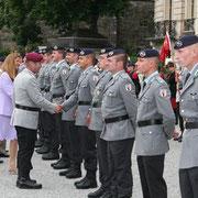 Nomination de jeunes lieutenants devant le chateau de la famille Fürstenberg, le Gal Budde, Inspekteur des Heeres, Massimiliana Fürstin zu Fürstenberg et le Oberbürgermeister Thorsten Frei.