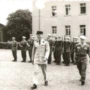 1966, revue des troupes, le Col Fuhr et le Cne Equilbey Cdt la C.A..