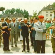 1986 : inauguration des portes ouvertes du 110, à droite en treillis, le chef de corps du 292 Panzer Grenadier Bataillon. A gauche, colonel Mignot, le Prince de Fürstenberg, en retrait le général Schwartz.