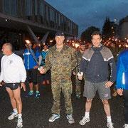 2014, 5° course aux flambeaux organisée par le DFG/CFA pour la Saint Maurice. LCL Wallerich, Erik Pauly Oberbürgermeister de Donaueschingen, OTL Stühmer chef de corps du 292 et Polizeirat Jörg Rommelfanger.